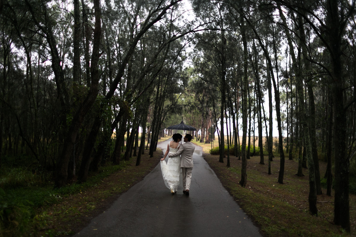 10_rainy wedding photography in forrest at peppers convent