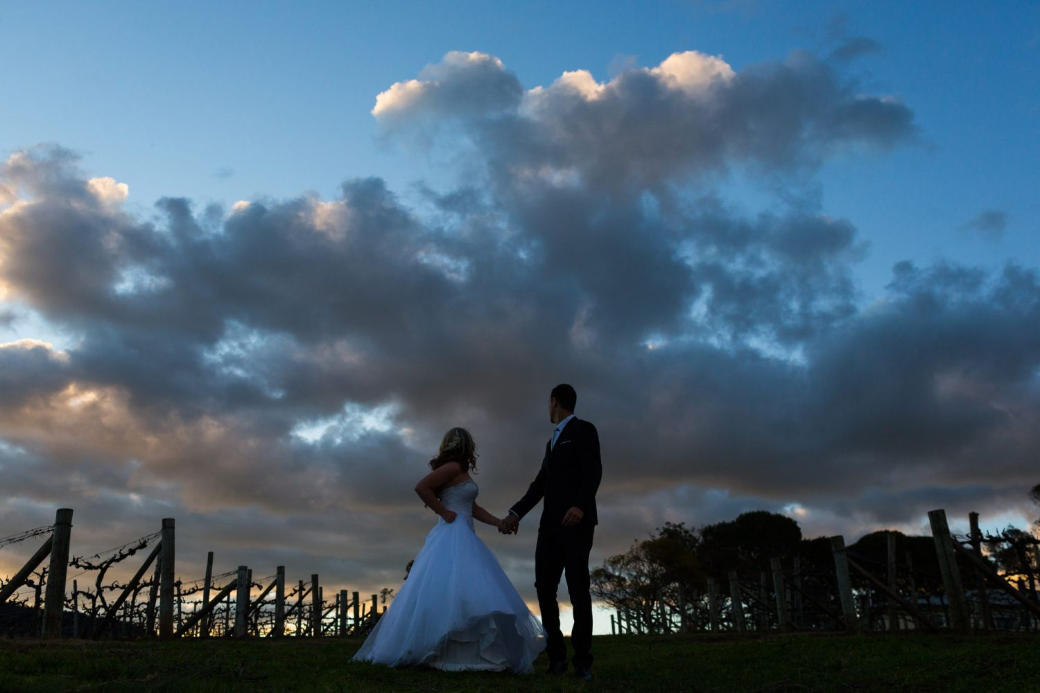 22_wedding-photographer-captures-awesome-sunset-at-lindemans