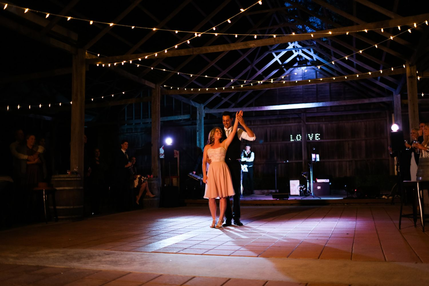 29_bride-and-groom-perform-dirty-dancing-at-lindemans