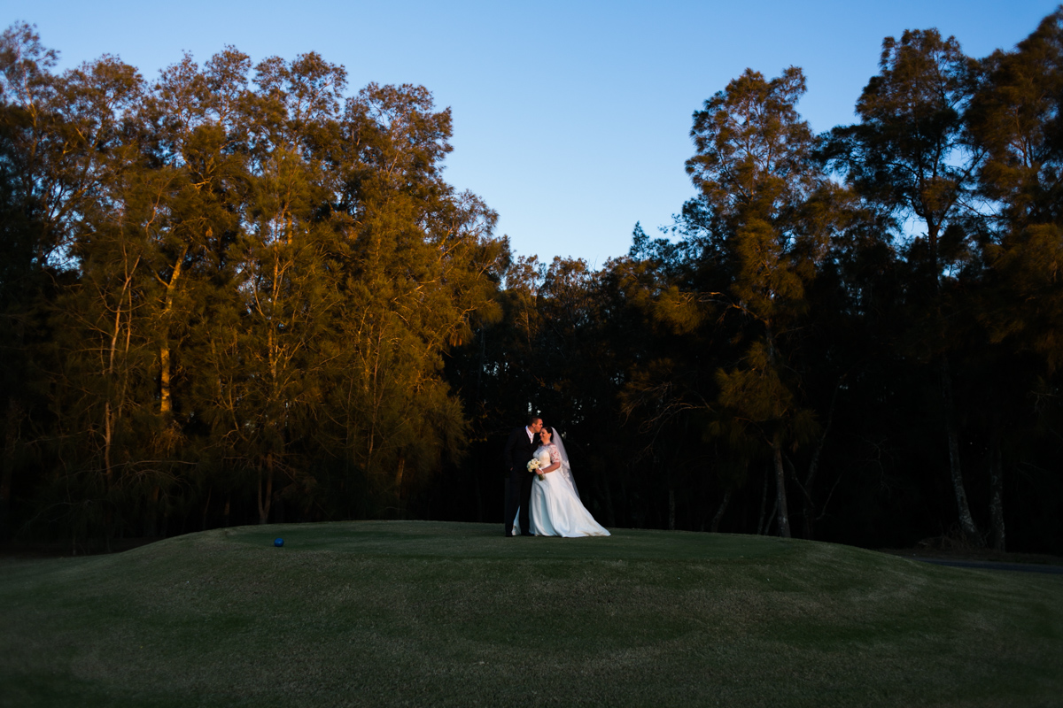 35_bride and groom on golf course in the crowne plaza pokolbin